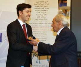 """El libro """"Las codornices y el otoño"""" publicado por el Centro de Traducción fue galardonado con un diploma y una medalla especial del Ministerio de Educación Superior de Egipto"""