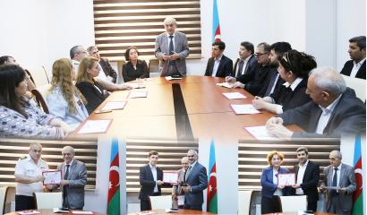 Certificados del Centro de Traducción de Azerbaiyan se les entregan a los traductores.