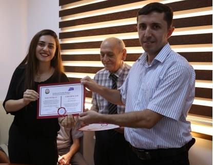 گواهینامه های بنیاد ترجمه ی آذربایجان به صاحبان آنها عطاء داده شد.