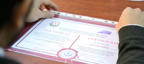 Die Zertifikate des Aserbaidschanischen Staatlichen Übersetzungszentrums ihren GewinnerInnen überreicht